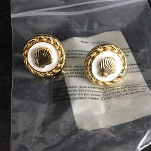 Super cute wite& gold Lily Pulitzer shell earrings